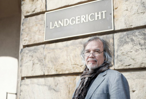 Rainer Pohlen vor dem Mönchengladbacher Landgericht, Foto: Stefan Völker